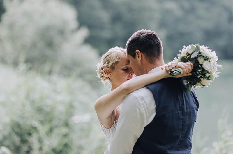 Katja + Marco : Idyllische Hochzeit am See in Retzbach
