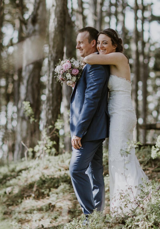 Lena + Adrian : Scheunen Hochzeit zur Apfelblüte in Leinach